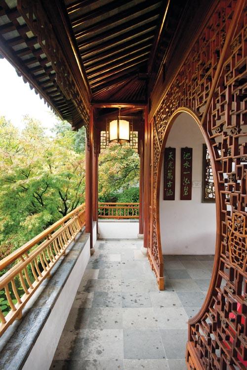 中山公園傳統的木雕月亮拱門。