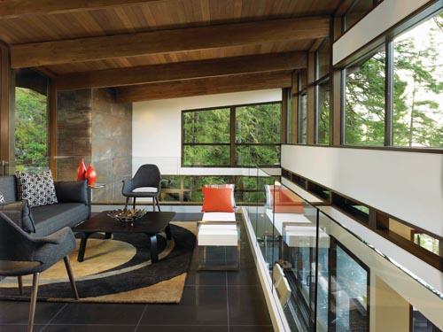 懸空在客廳上方的閣樓,被巨大的樹木枝幹所環抱,滿目皆是清新的綠意。