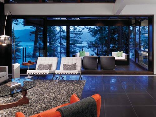 無邊框的巨大落地玻璃幕牆,讓周圍的自然景致毫無阻滯地與屋內連通。