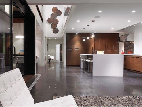 線條簡潔的一體化廚房延續了整個房屋的現代極簡風格。