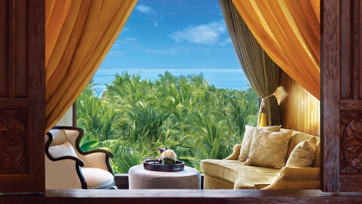 St. Regis酒店一間套房中,窗外熱帶植物和湛藍海景一覽無餘。