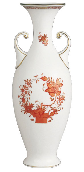 Herend Vase, Baroque Handle 巴洛克式的把手,放置在造型清秀的瓷質花瓶之上,成就了一場東西方美學間的優雅相遇。 At Atkinson's, 604 736 3378 www.atkinsonsofvancouver.com