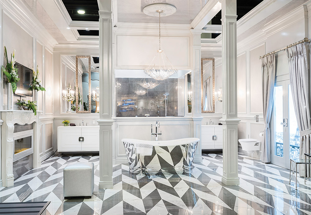 Grohe浴室,由Beyond Beige Interior Design設計。壁爐來自Dimplex。壁紙來自Odyssey Wallcoverings。大理石檯面由Stoneworx提供。地面瓷磚和牆磚由Ciot提供。浴缸來自Slik。布藝和配件來自Kravet Canada。窗簾安裝由Q Design打造。懸空馬桶來自American Standard。盥洗盆來自Elkay。燈具由Currey安裝。