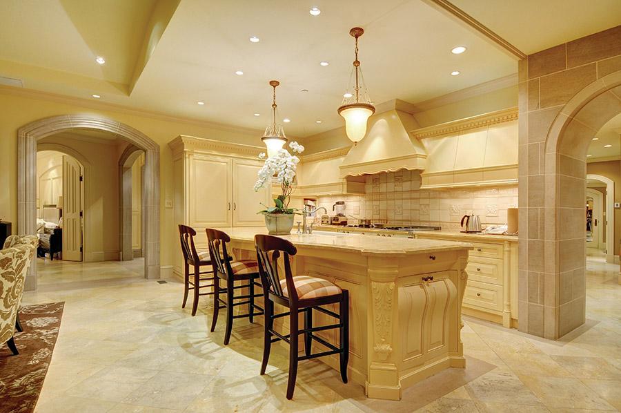 奶油般的溫潤色調充溢在廚房中,繁複的雕刻裝飾由奧地利大師級工匠完成。