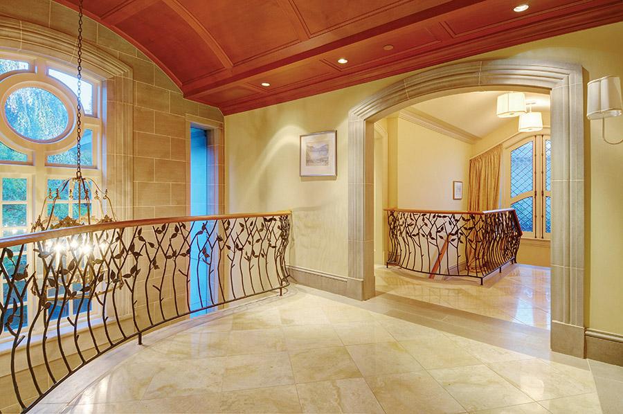 精美的鐵藝籐蔓紋飾出現在陽臺的護欄上和屋內二樓的護欄上。