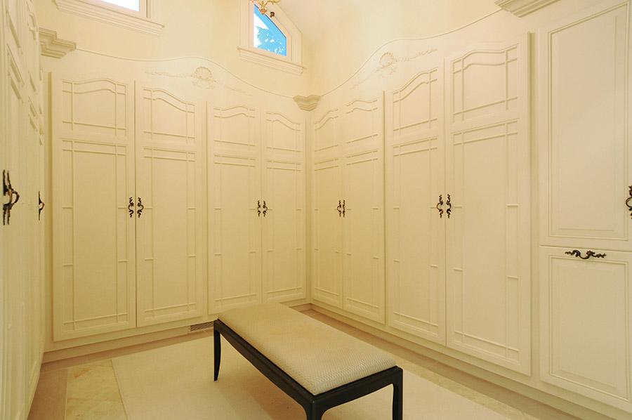 主臥室的衣帽間同樣採用奶白色調為主,簡潔素雅。