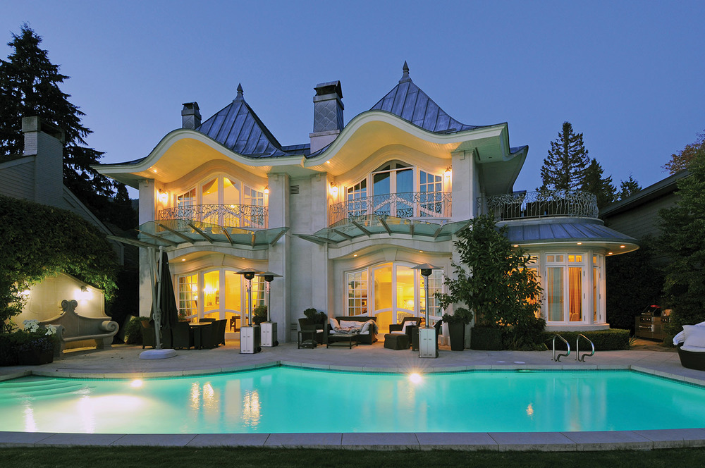 訂製的石刻長椅與屋頂華麗的曲線相呼應,讓人盡享海灘和後院的美景。