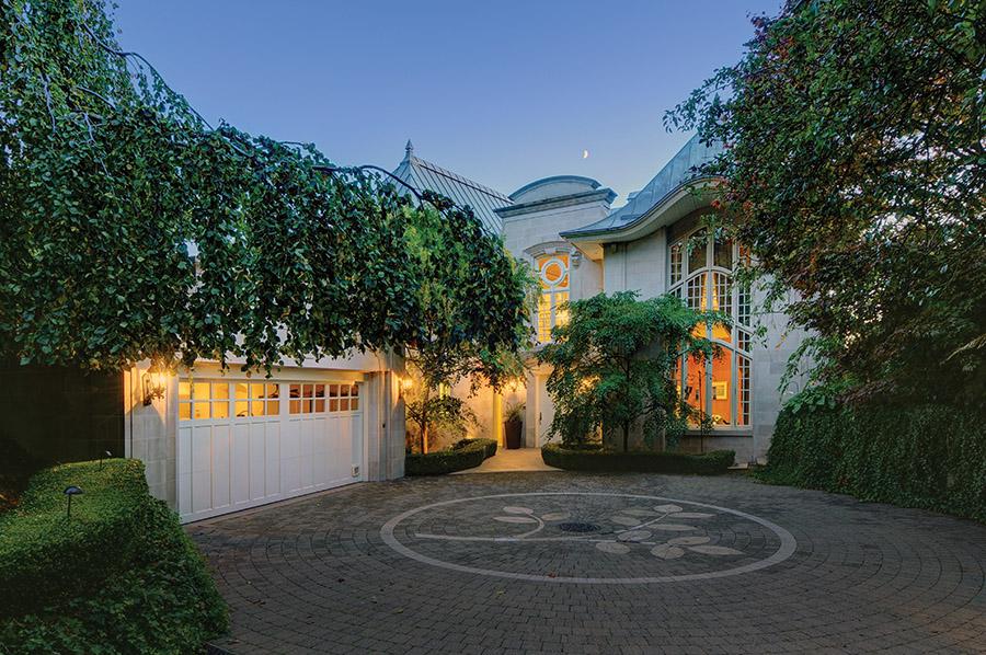 Bellevue宅邸的正門前鑲嵌有華麗的石灰岩地磚裝飾。