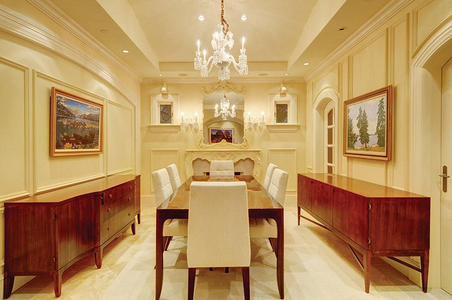 有著手工雕刻精美框架的裝飾鏡和華麗壁爐的餐廳,有著優雅的用餐氛圍。