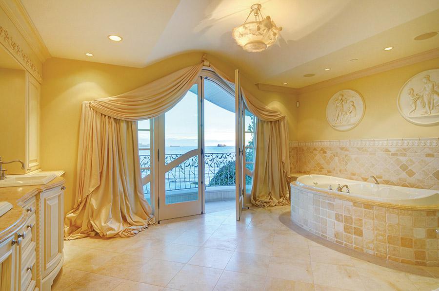 精美的雪花石膏碗狀吊燈,讓主臥浴室內的浪漫情調升級。