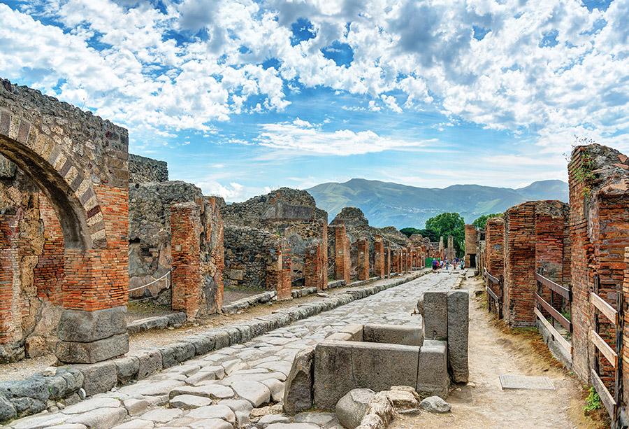 龐貝古城在公元79年毀於維蘇威火山大爆發。由於被火山灰掩埋,街道房屋保存比較完整,從1748年起考古發掘持續至今。