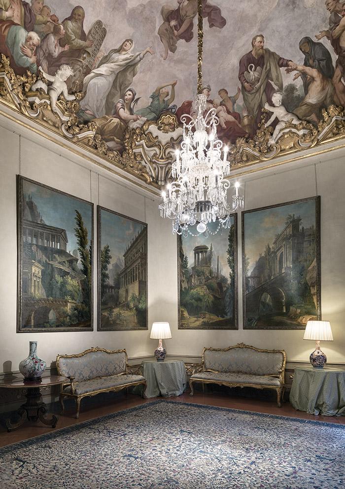 費羅尼.斯皮尼大宅內的菲拉格慕博物館建於1289年,那時這裏是佛羅倫薩最大的私人宅邸。如今大宅的一部份已被出售或毀壞,但其原貌依然可以從毗鄰的聖三一教堂中瞧出端倪。