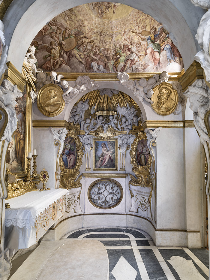 費羅尼.斯皮尼大宅內建有自己的小教堂,家族成員足不出戶即可做禮拜。壁畫則依據主人的喜好繪製。