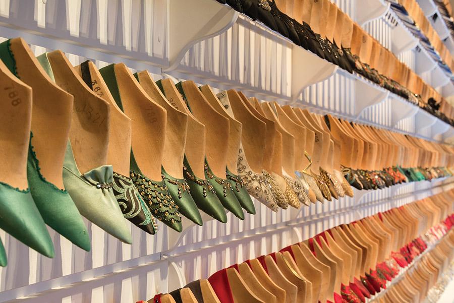 菲拉格慕是一位革命性的鞋子設計師,由他設計的鞋款經久不衰,直至今日依然深受女士們的喜愛,如著名的坡跟和鏤空跟。