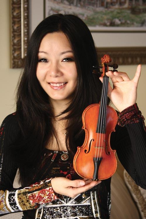 1981年,4歲的侯以嘉用父親為她特別製作的小提琴在練習。