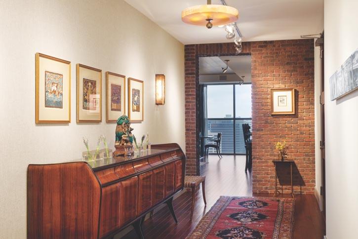 亞麻色牆面為相框中中國古代官服錦緞方補提供了一個溫暖的背景,下方是上世紀四十年代的Ico Parisi風格復古現代櫥櫃。