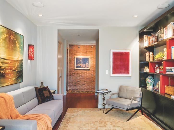書架上的紅色裝飾似是在向房主收藏的中國工藝品致敬。