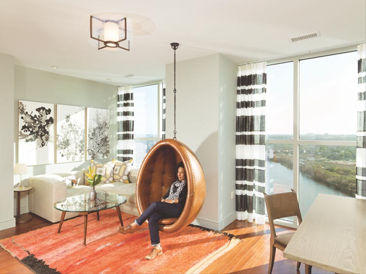 半透明的亞麻時尚窗簾為一個清新有趣的空間提供了醒目的大背景,並呼應著牆上三幅印度吹墨藝術品。摩洛哥地毯上的火熱色彩,點燃了懸掛式的復古蠶繭圓椅。
