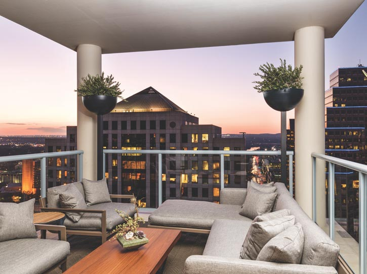 舒適的陽臺盡覽德州Austin時尚都市景觀。