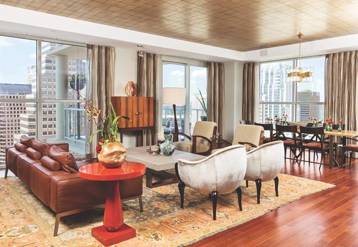 不同風格間的完美平衡:Holly Hunt的直線條雞尾酒桌,因Jean De Merry椅子的優雅曲線而柔和起來;Cravotta室內設計公司出品的金屬支架白橡木餐桌;餐廳的吊燈是上世紀六十年代的復古現代風格。