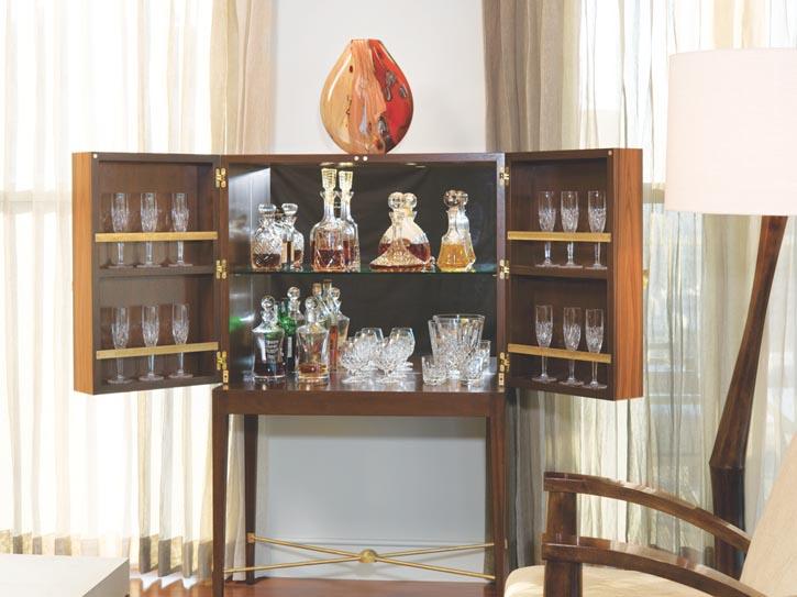 Cravotta出品的南美紫檀酒櫃,底座有黃銅裝飾。