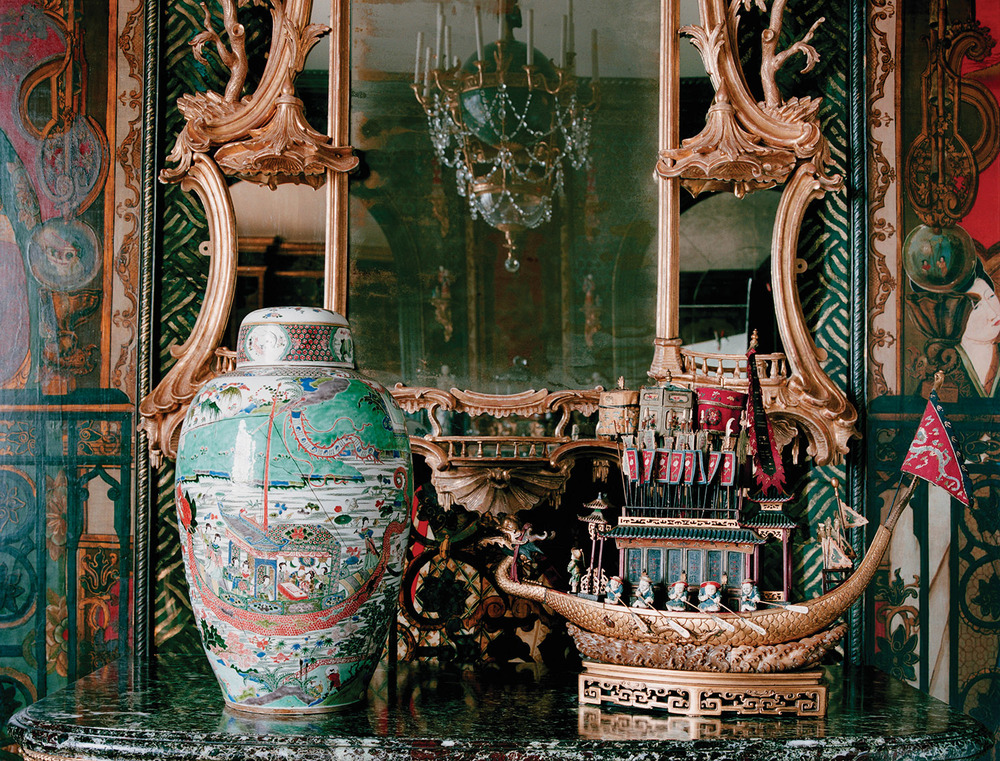 Ann家中的一條木雕船和一個彩繪瓷花瓶。