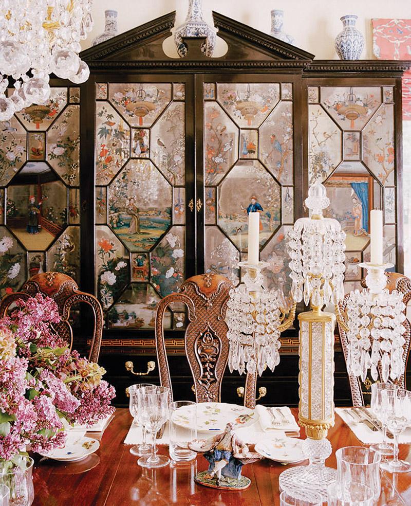 放置在餐廳裏,Ann最喜愛的Chinoiserie風格反筆彩繪玻璃櫥櫃,約製作於1760年。