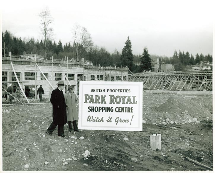 1949年,工程師Richardson在加拿大第一家購物中心——Park Royal工地上視察。