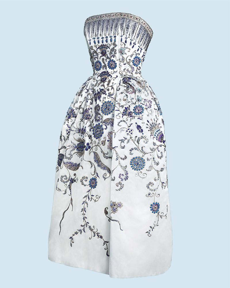 DIOR PALMYRE——迪奧的「新造型」 1947年2月12日,Christian Dior推出了其品牌成立以來的第一個禮服系列。這款裙子以胸衣縮緊腰身,臀部突出,裙子長度比同時期其它品牌明顯加長。設計靈感回到上個世紀,強調女性氣質。當時《Harper's Bazaar》的總編在評語中談到,這是一個「新造型」(New Look)。因為迪奧,巴黎再次成為時尚之都。經歷了戰爭動亂的法國女性很高興再次尋回「女人味」。