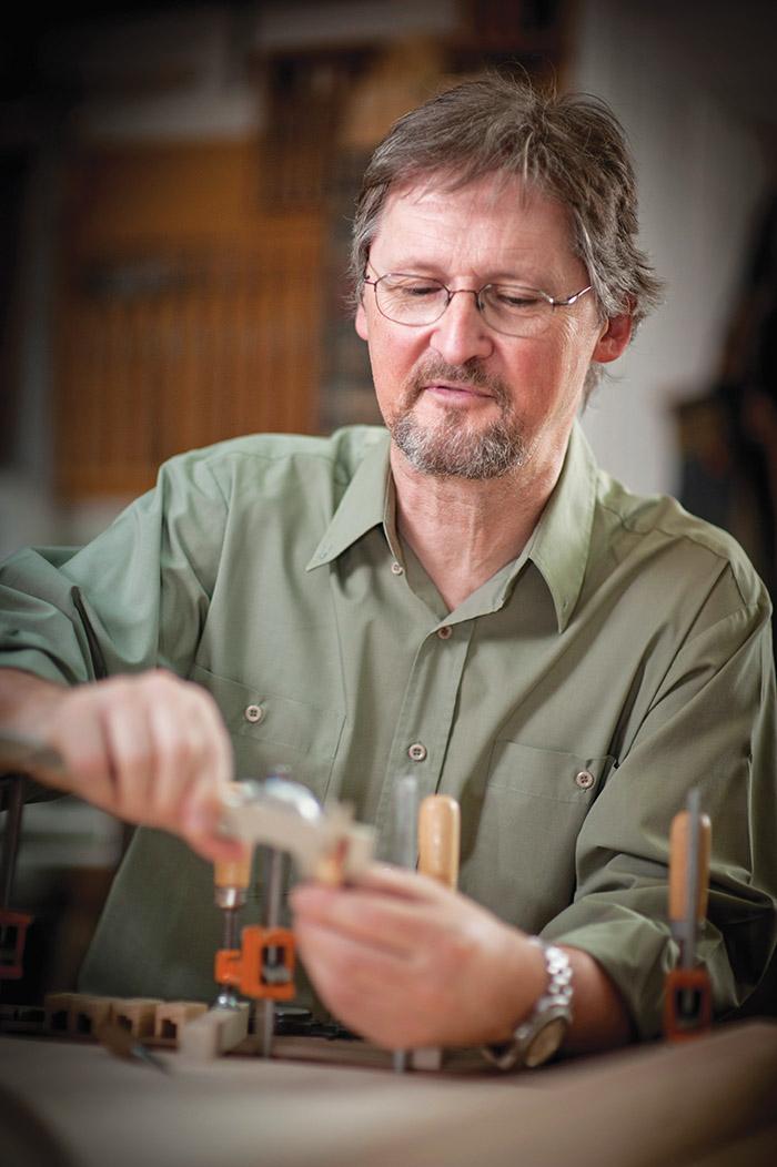 Craig Tomlinson在他西溫哥華的工作室中製作大鍵琴。