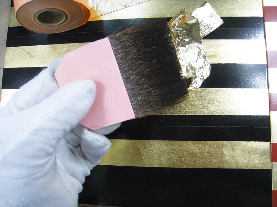 粘貼金箔的工序原先只能由一位行會成員勝任。而現在則今非昔比。