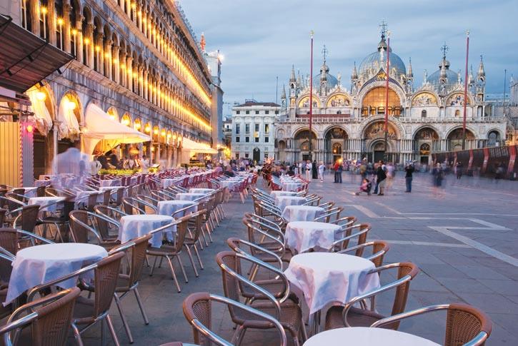 排列於聖馬可廣場一側的餐桌