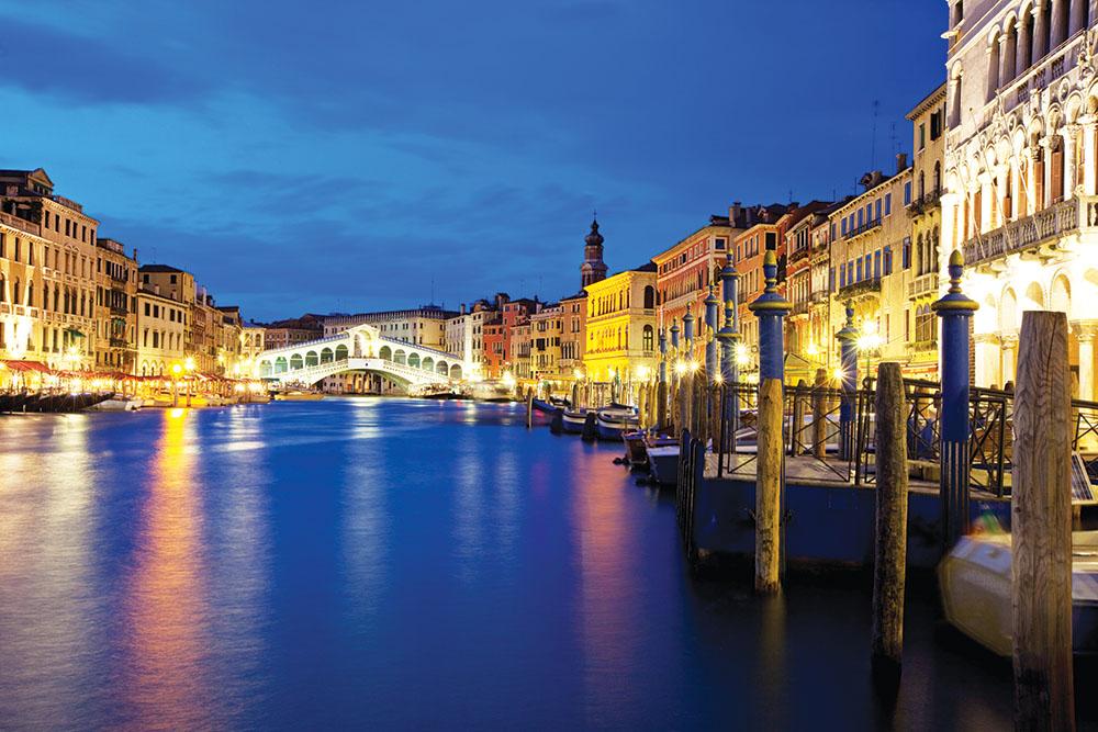 夢幻夜色下橫跨「大運河」的里亞托橋