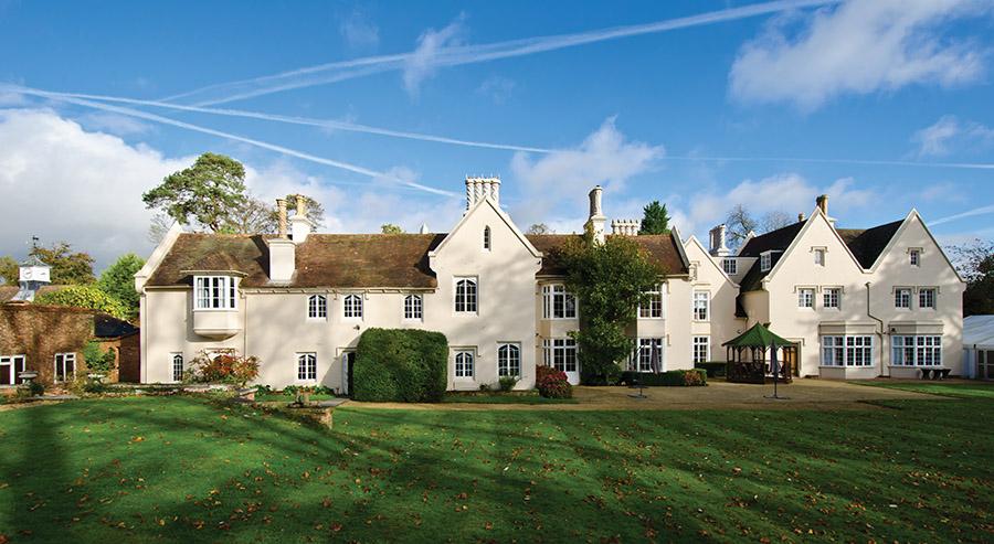 英國的莊園總是有一種莊重沉厚之感。粉刷潔白的外牆,美麗的裝飾石材,優雅的窗戶,中世紀風格的金屬配件和精美的對稱煙囪讓建築流露出古典之美。