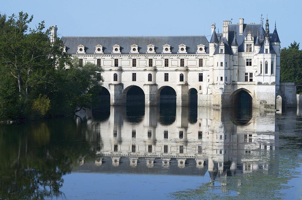 法國舍農索城堡,建於1513年。城堡建築中的典範之作,擁有石材裝飾的外牆,高聳的屋頂,圓形的高塔和拱形的門廊。