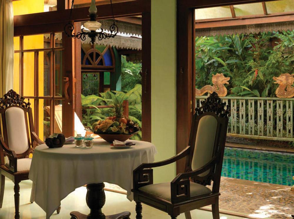 Calon Arang酒吧由巴厘島傳奇舞蹈家Ni Ketut Cenik捐獻,如今這裏備受衝浪愛好者和年輕夫婦的青睞。