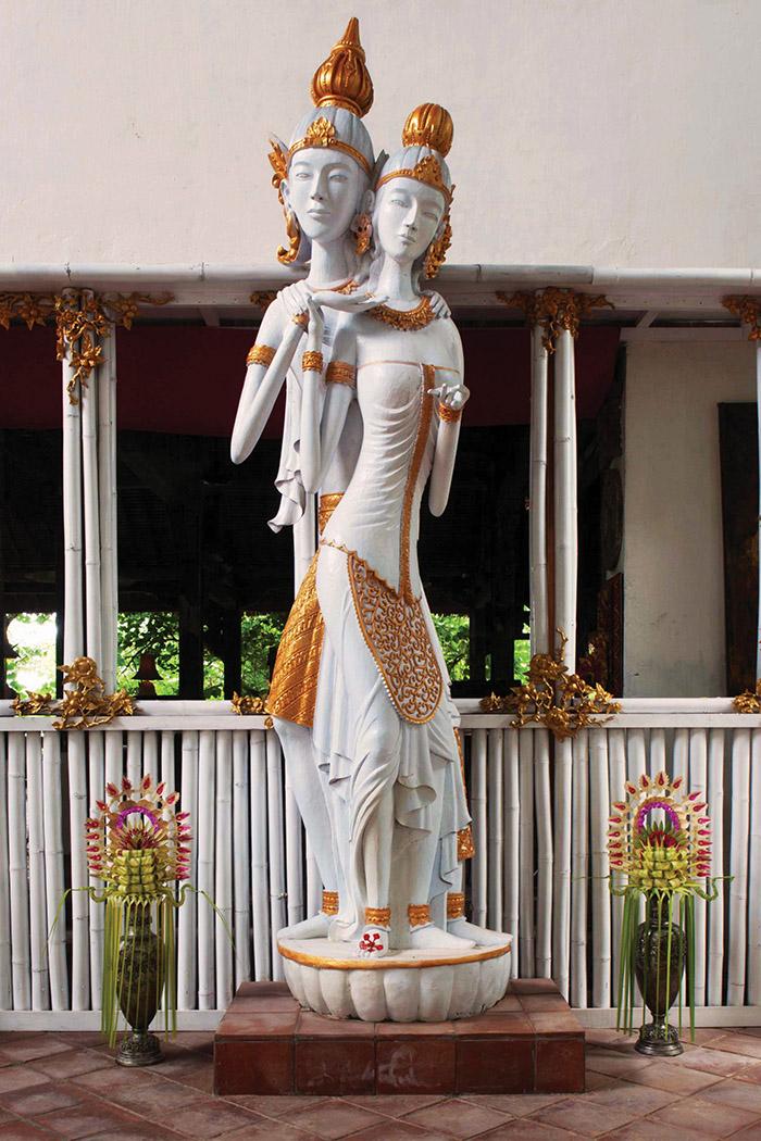 巴厘龍目島Tugu酒店被譽為全世界最好的藝術酒店之一,圖為酒店內一座新婚夫婦的雕像。