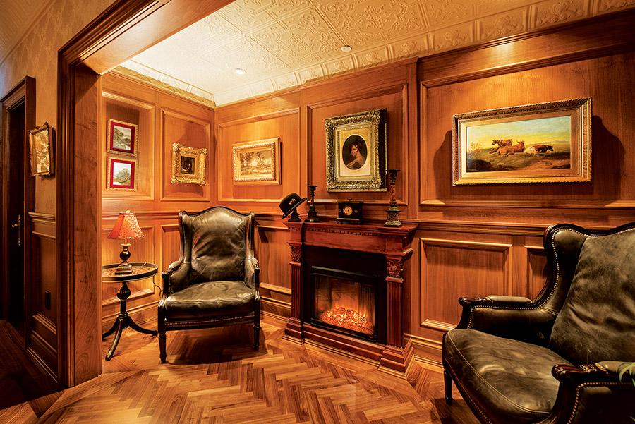 這間休息室是Lady Denise Butler最喜歡的房間,晚餐後可以蜷縮在壁爐前的椅子裏放鬆休憩,讀一本書,品一杯紅酒。