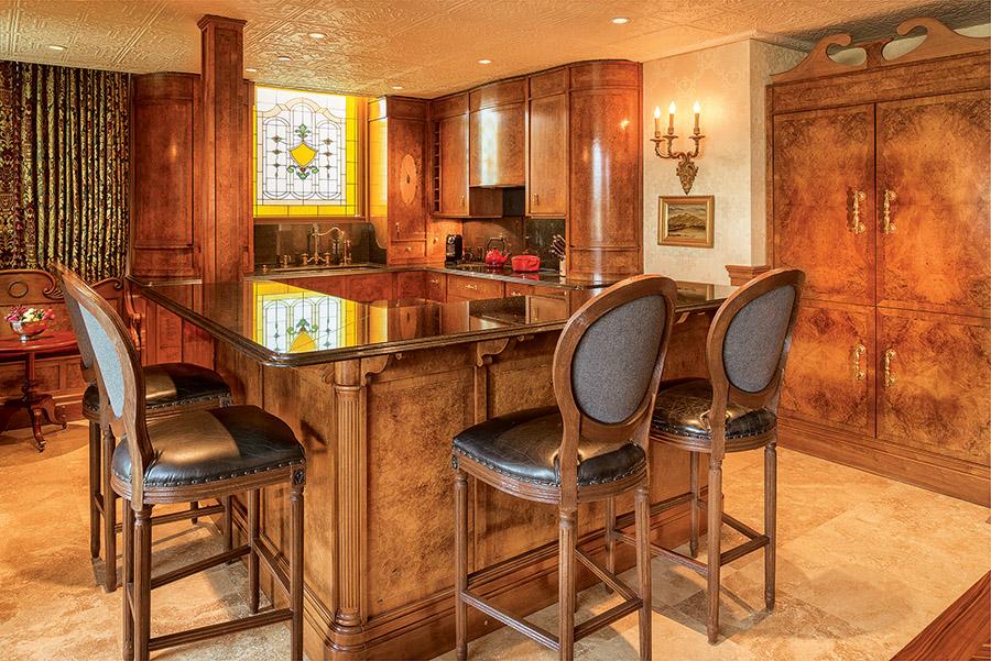 手工打造的Louis Philippe風格廚房,靈感來自一對1775年英國Erpingham,Grange Estate宅邸中的邊桌。胡桃木櫥櫃的表面有獨特的裝飾板,表面打磨由Norfolk的Kenin Jermy完成。