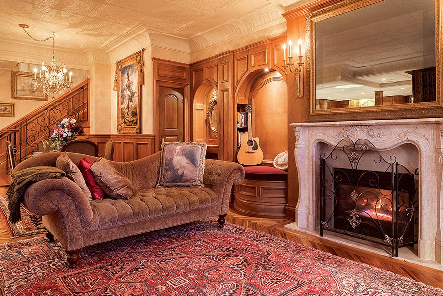前休息廳維多利亞風格的躺椅。牆上的裝飾板與泰坦尼克頭等艙吸煙室的裝飾風格驚人相似。壁爐上方的鏡子後隱藏著一臺高清電視。