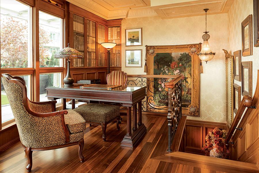 公寓中的每一個角落和空間都被充份利用了起來,這處位於樓梯上空間規劃成了一處書房,牆壁上的裝飾材料來自西班牙。