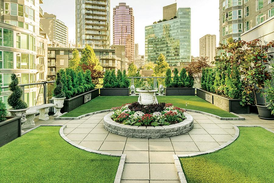 如凡爾賽宮花園的微縮版,這方大廈頂端的綠洲有著石材鋪成小徑,修剪精美的灌木叢和浪漫的噴泉。