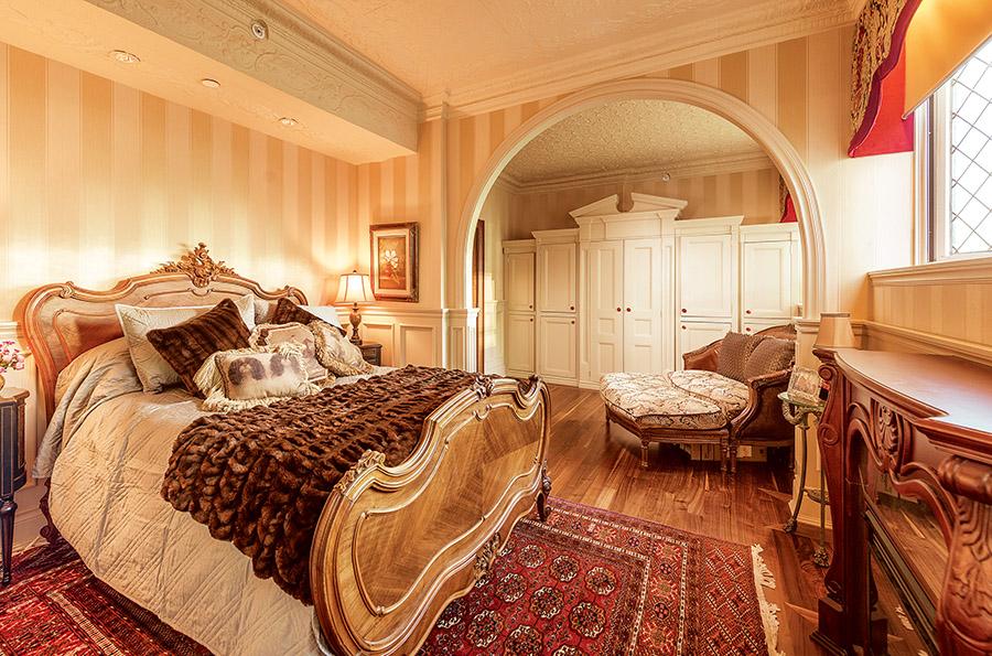 貴族的奢華氣派在臥室裏得到集中體現,法國路易十五風格的大床,有著洛可可式精緻浪漫的雕刻。