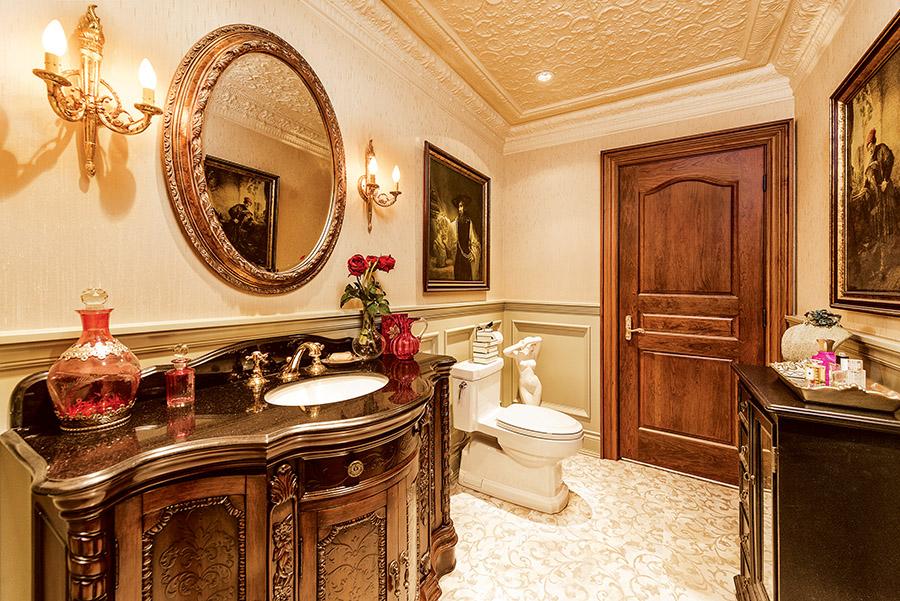 華麗的圓鏡,雕琢精美的檯面和櫥櫃,曲線優雅的壁燈,讓浴室化身為一件珍貴的珠寶。