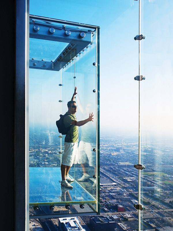 威利斯大廈(Willis Tower)103層樓的玻璃觀景臺,縱觀伊利諾斯州、印第安納州、威斯康星州和密歇根州四州的景色。(VICTOR TORRES/shutterstock.com )