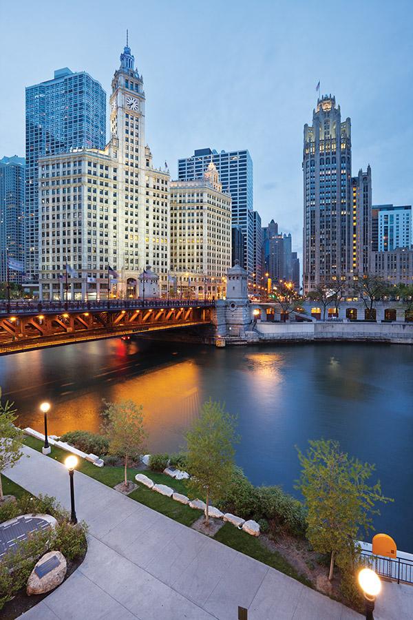 位於芝加哥河畔,箭牌大廈(Wrigley Building)的古典建築外觀是城市中的一個亮點。(Rudy Balasko/shutterstock.com )