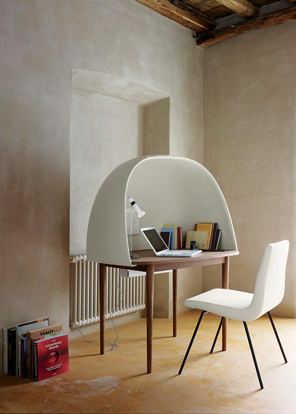 Rewrite書桌用一個大大的白色半圓形蓋子營造出一方私密安靜的空間。溫哥華LivingSpace家具店獨家有售。