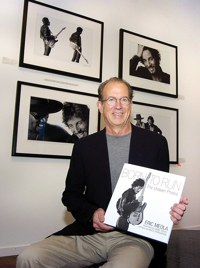 Eric Meola手拿為搖滾歌星Bruce Springsteen的專輯「Born to Run」拍攝的封面照,這是他最具代表性的作品之一。