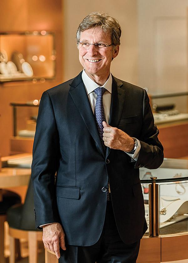 瑞士頂級鐘錶品牌帕瑪強尼的創始人米歇爾.帕瑪強尼,在溫哥華Palladio精品珠寶腕錶店內,他身後是帕瑪強尼的腕錶系列。(Photography by Milos Tosic)