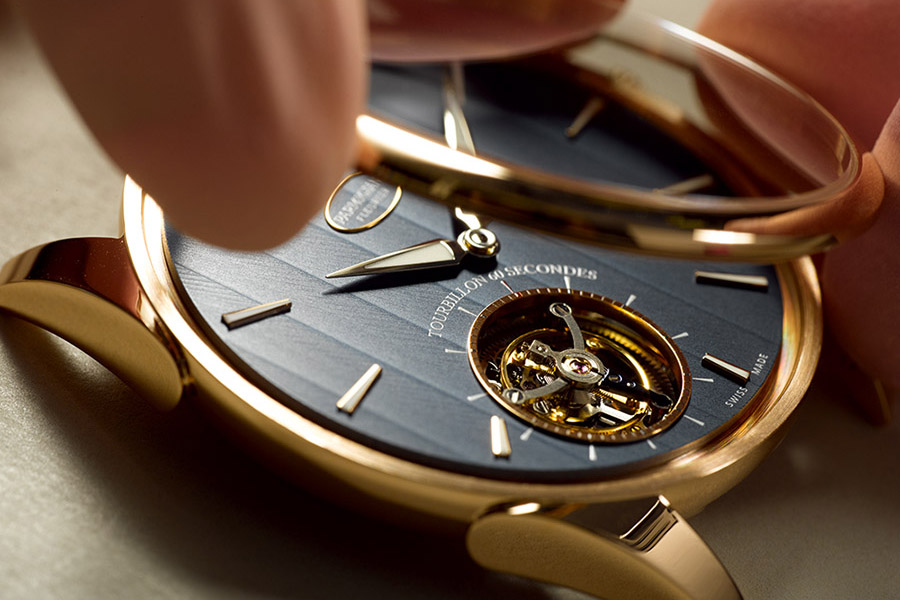 飛行陀飛輪被安裝在了帕瑪強尼的Tonda 1950中。這個精密的機械裝飾,可以幫助腕錶克服地心引力引起的計時誤差。